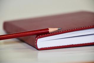 cuaderno y lápiz rojos
